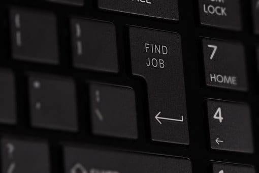 """Un clavier d'ordinateur sur lequel est inscrit """"trouver un emploi"""" dans le digital"""