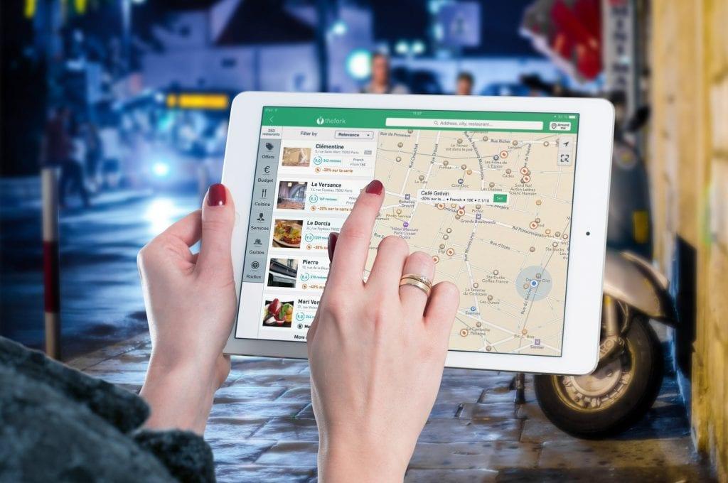 Tablette iPad avec une liste d'établissement et une carte pour les localiser