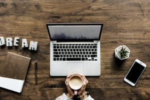 ordinateur et livre d'un blogueur pro
