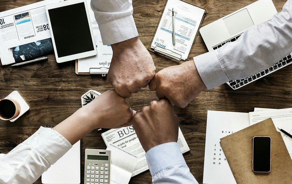 Plusieurs personnes qui collaborent dans le cadre d'un partenariat avec affiliation