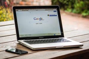 Ordinateur sur lequel on apperçoit le moteur de recherche Google et sa position zéro