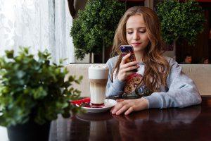 femme-utilisant-smartphone-shopping
